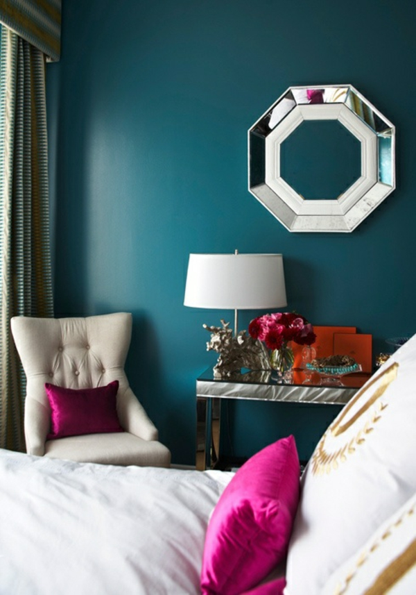 dunkelgrüne wandgestaltung schlafzimmer lila dekokissen