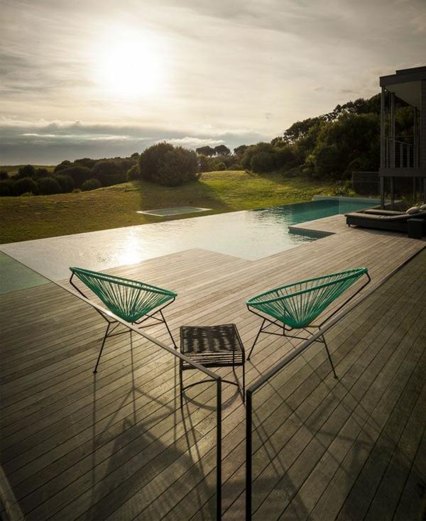 eingebauter pool auf der terrasse tisch