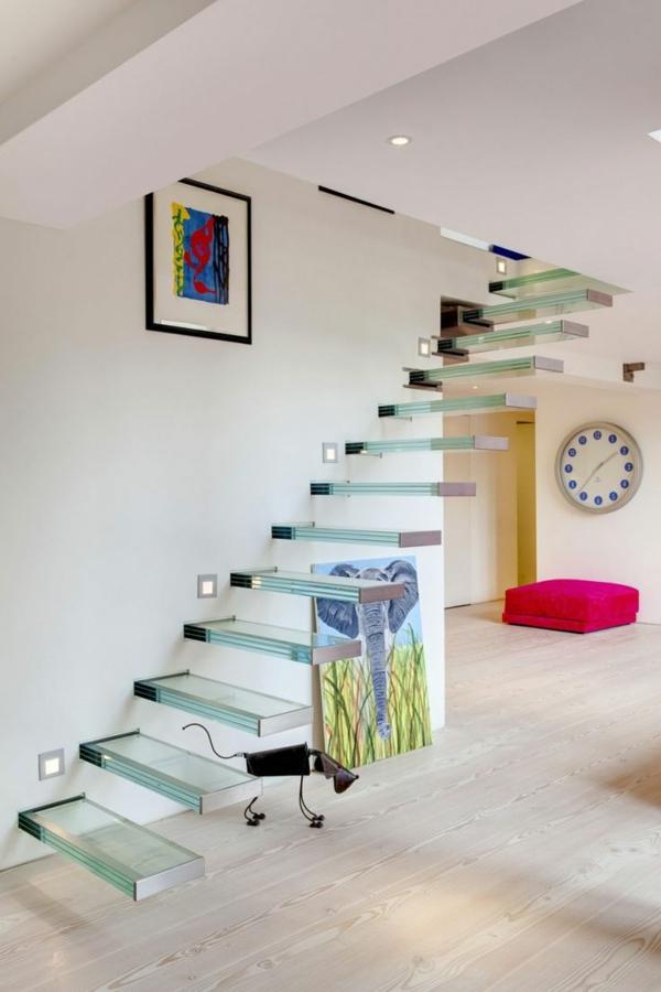 farbige dekoideen im flur schwebend  treppe glas