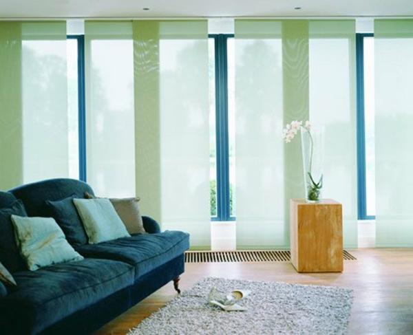 flächenvorhang ideen hellgrün wohnzimmer sofa holzboden