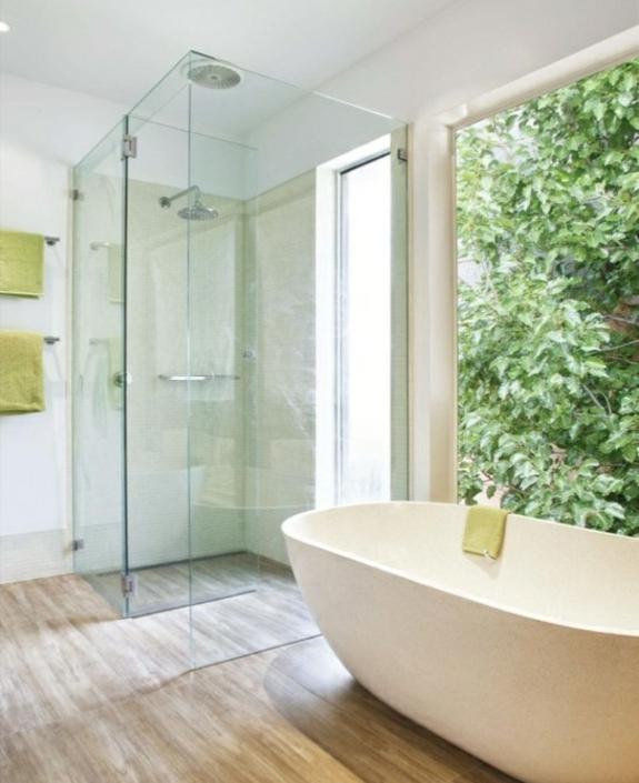 freistehende badewanne holzboden im bad ebenerdige dusche glastüren