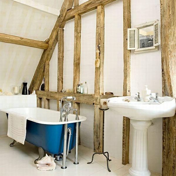 freistehende badewanne in blau holzbalken badezimmer einrichtung