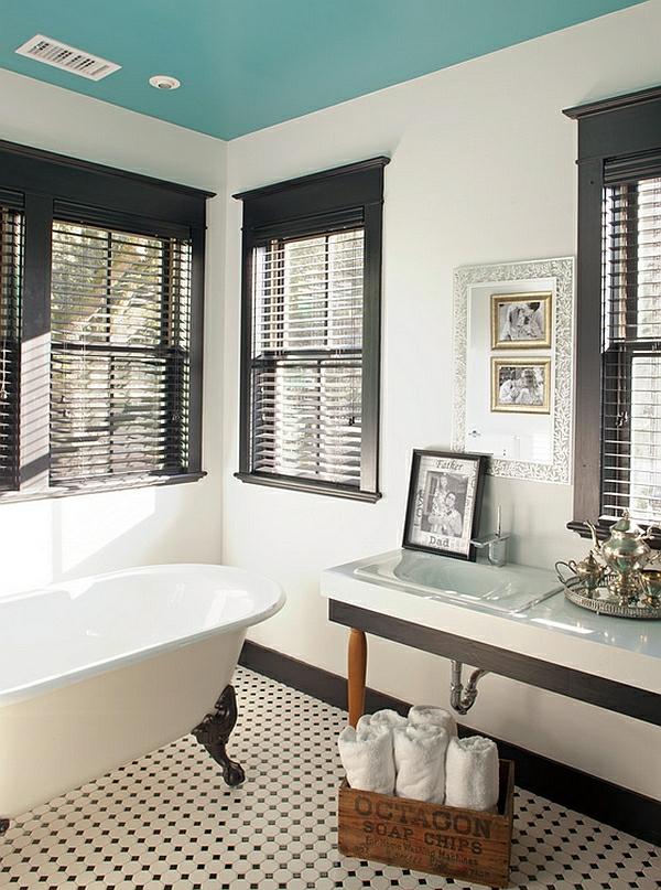 freistehende badewanne schwarz weiß fensterladen