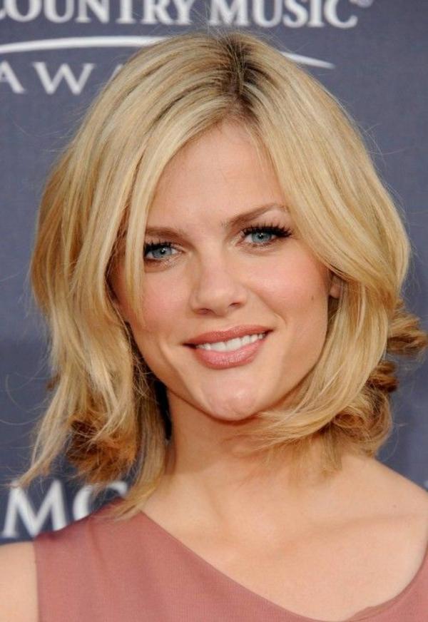frisuren für schulterlanges haar blond stufig weiche wellen