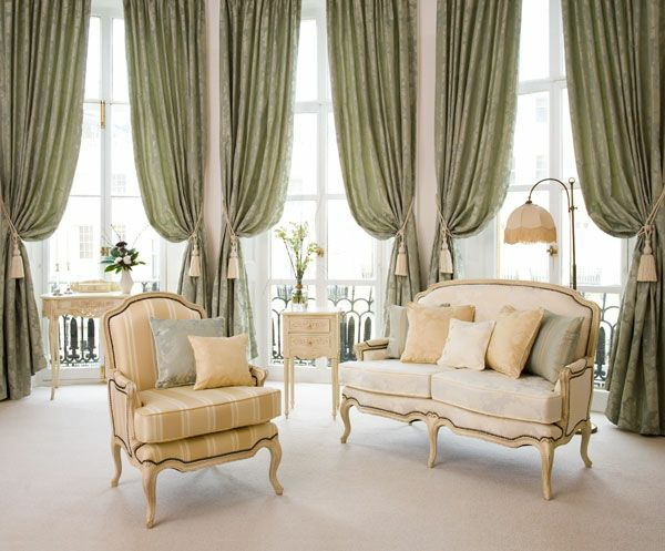 gardinen ideen wohnzimmer hellgrün raffhalter fransen stilvoll