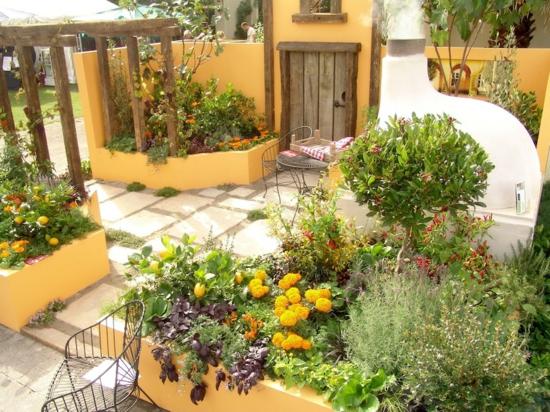 garten pergola aus holz mediterrane pflanzen warme farbgestaltung gelb