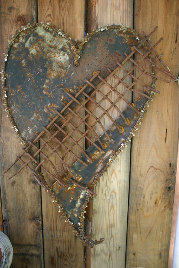 Gartendeko aus metall und rost industrieller charakter for Gartendeko rost herz