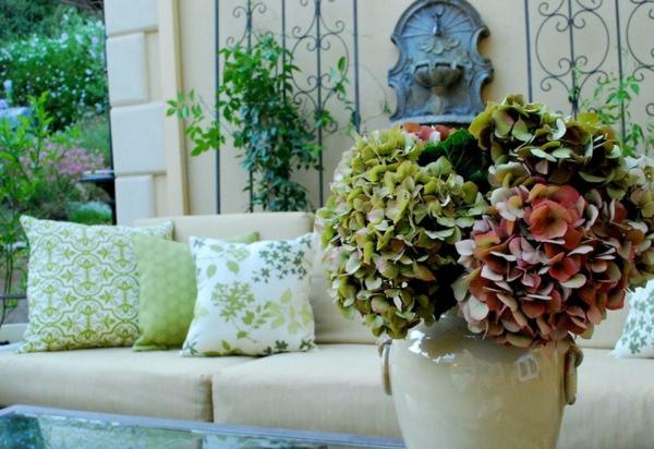 gartengestaltung terrasse gestalten ideen möbel sofa couchtisch blumen