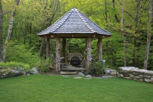 Gitterwände und Spitzdach bestimmen hier die Gartenlaube