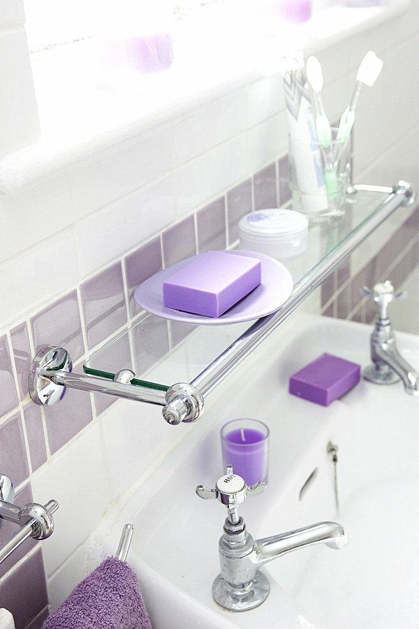 glasregal über dem waschbecken lila akzente
