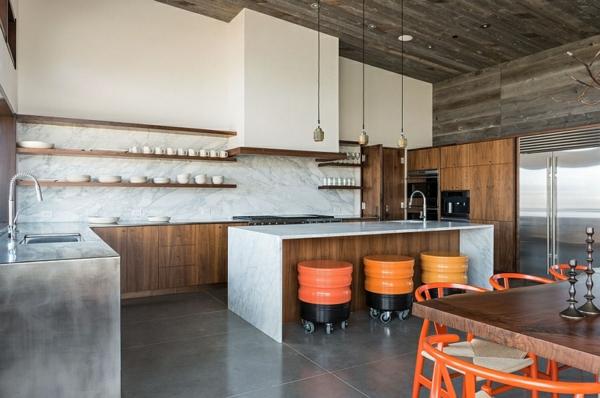 glatte regale in der stilvollen küche berghütte