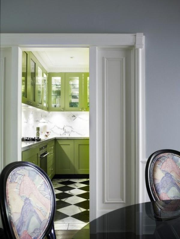 grüne küche schwarzer esstisch stühle schach