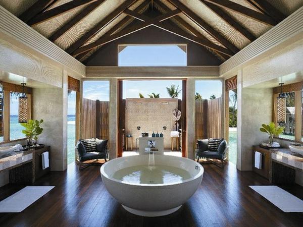 großes badezimmer runde wanne dekorative decke