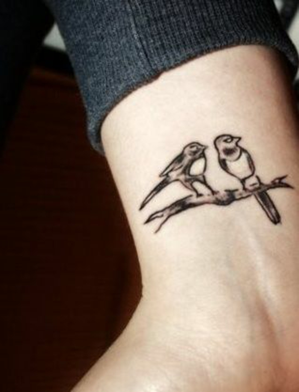 tattoo bilder handgelenk vögel auf dem zweig