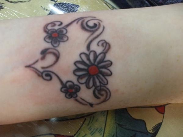 tattoo am handgelenk blumen schwarz rot
