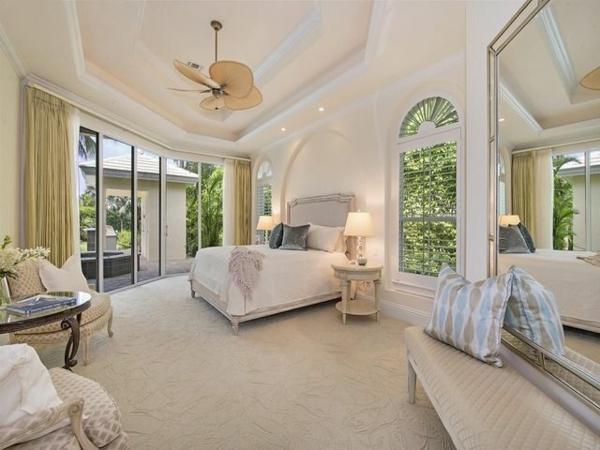 helles schlafzimmer weiß große fenster decke ornamente
