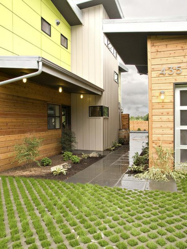 holzhaus betonplatten steinpflaster gras