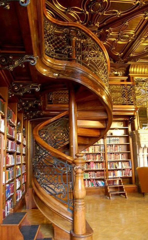 holztreppe mit metall ornamenten bibliothek