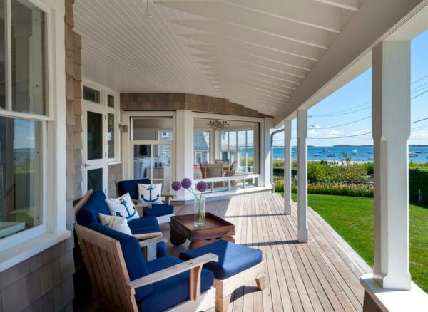 holzveranda terrassengestaltung ideen marimer stil terrassendielen holzmöbel auflagen-blau