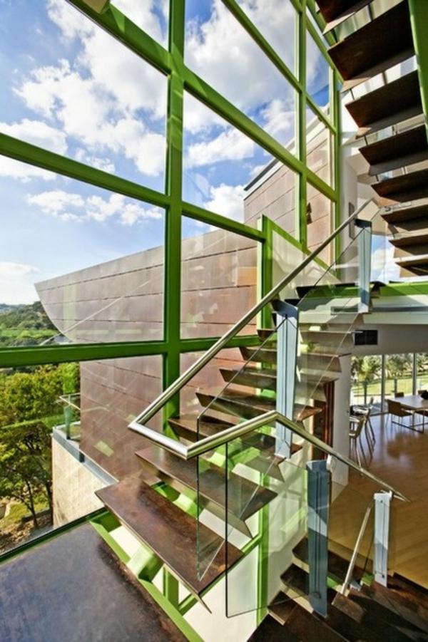 industrielles treppenhaus grüne akzente