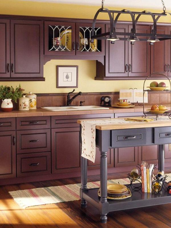 küche in warme farbtöne holzmöbel pendelleuchte