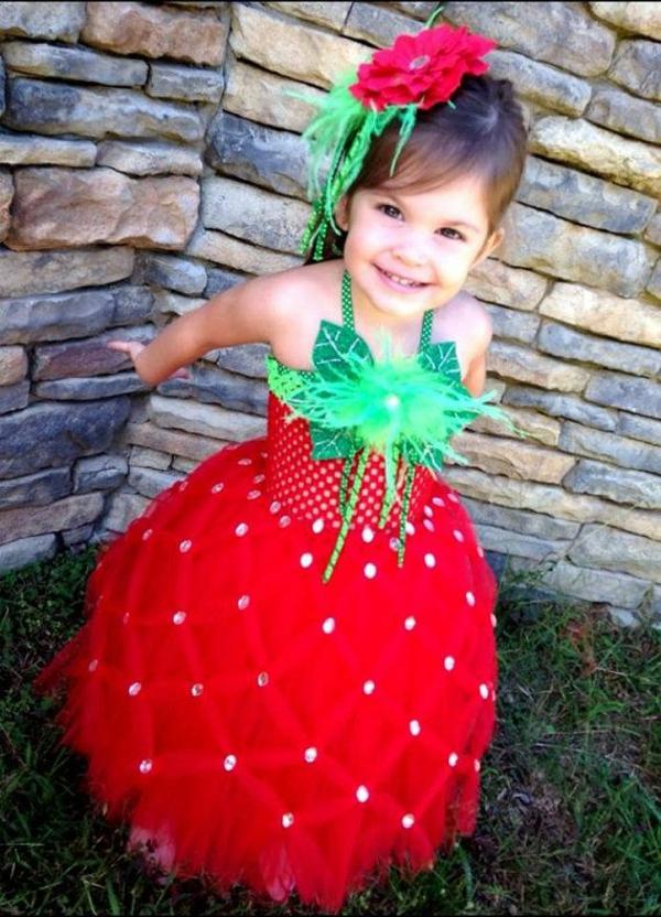 karneval fasching bunte kostüme erdbeere