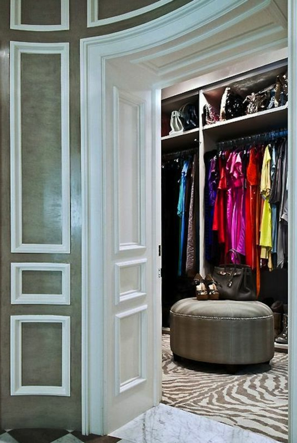 Begehbarer Kleiderschrank mit Stauraum für Schuhe und Kleidung