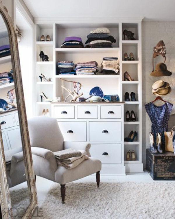 Modern und stilvoll   Ankleidezimmr mit Holzmöbeln mit Spiegeltüren