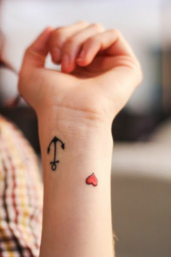 kleine handgelenk tattoo ideen anker herz motive