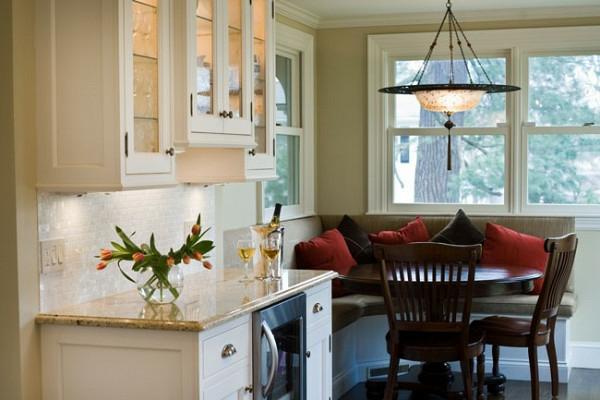 kleine küche einrichten essecke holztisch stühle kissen