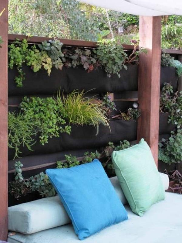 kleiner städtischer vertikalgarten zaun