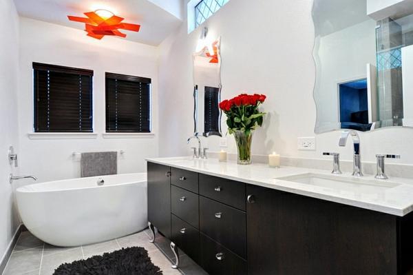 kleines badezimmer einrichten schwarz weiß freistehende badewanne