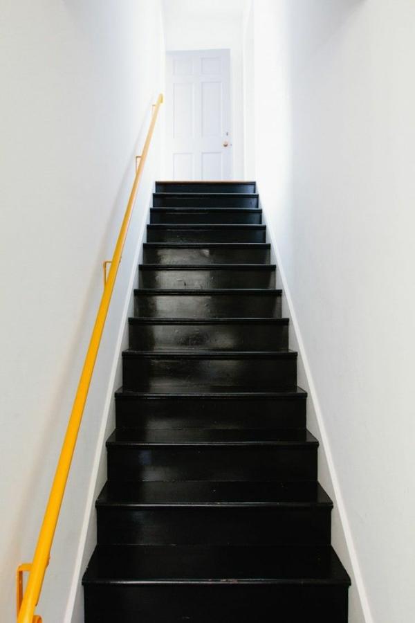 korridor farben schwarze treppe gelbes geländer