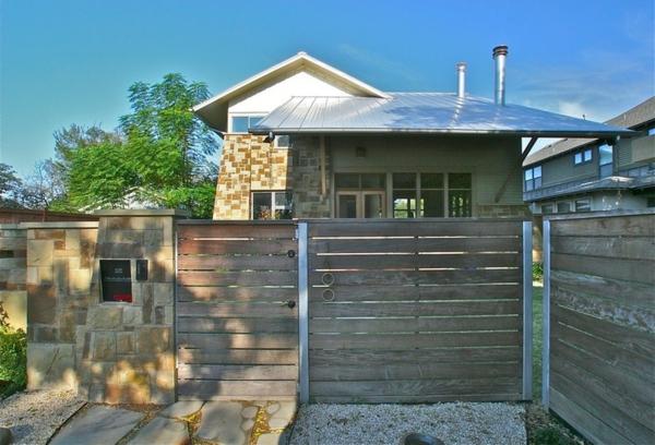 landhaus zaun vorgarten briefkasten eingebaut natursteine