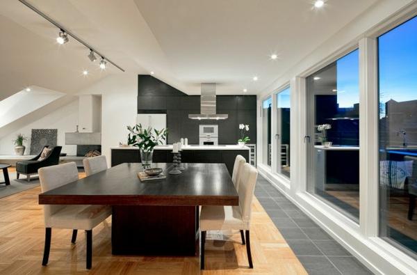 luxuriöse dachwohnung gestalten esstisch kücheninsel große fenster