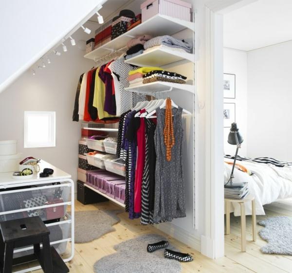 mansarde regale kleiderbügel ankleidezimmer einrichten offen