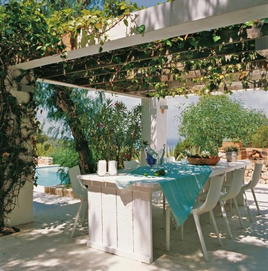 mediterrane gartengestaltung essbereich esstisch weinlaube gartenpool