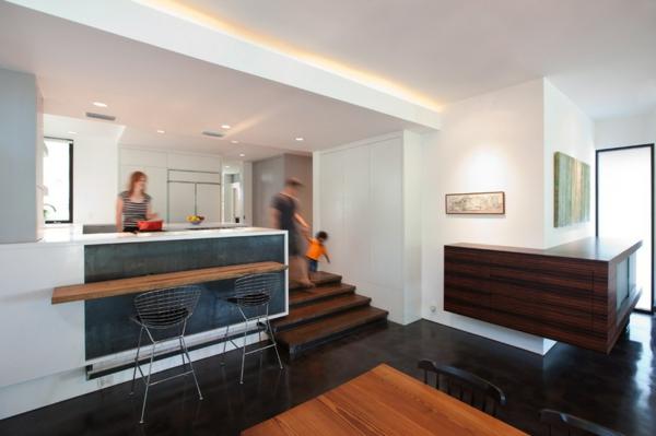 moderne Küche mit Kochinsel holz bestandteiel treppe trendy