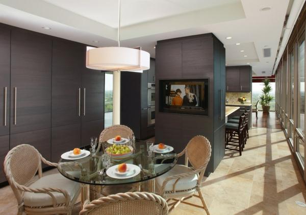 moderne Küche mit Kochinsel trennwand fernseher esstisch