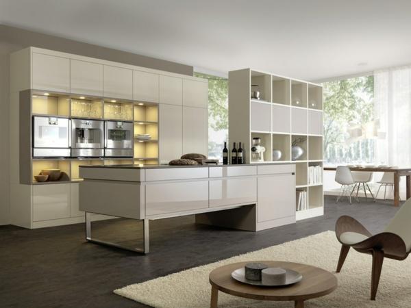 moderne Küche mit Kochinsel weiß esstisch mit stühlen regale