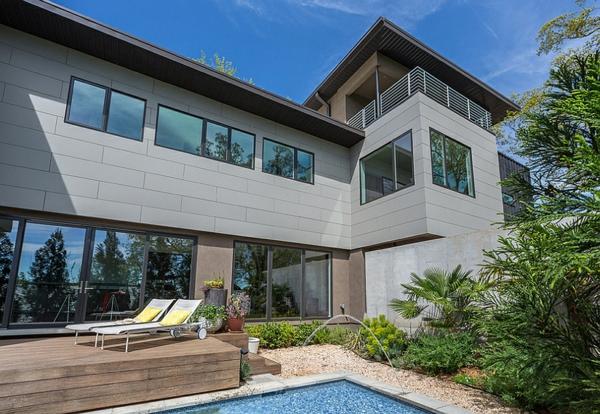 moderne architektur häuser garten mit pool sonnenliegen außenbereich gestalten