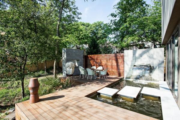 moderne architektur häuser gartenteich innenhof holzboden verlegen sitzecke