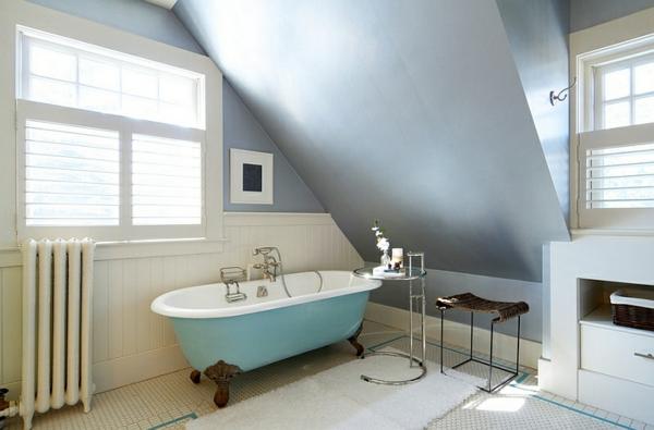 moderne badezimmer einrichten freistehende badewanne blau beistelltisch