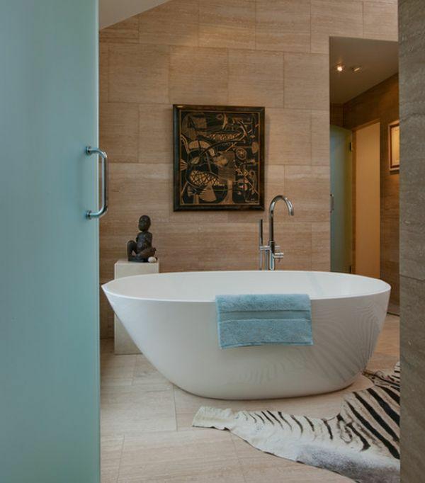 Freistehende Badewanne im modernen Badezimmer