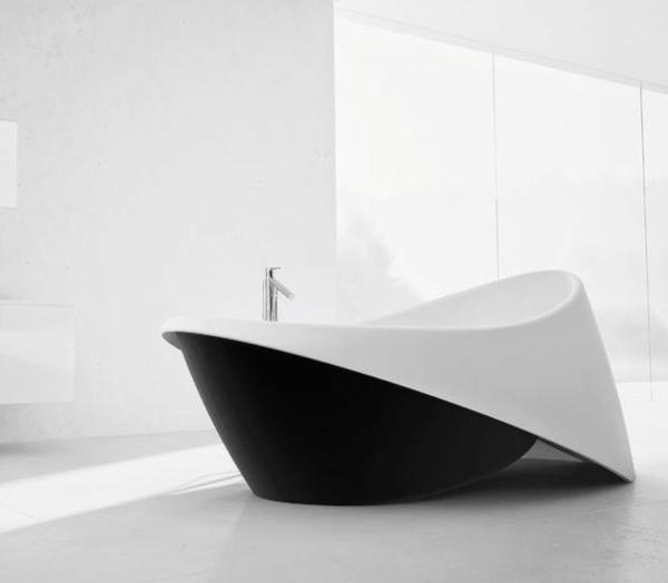 moderne badezimmer freistehende badewanne schwarz weiß bodenstehende armatur