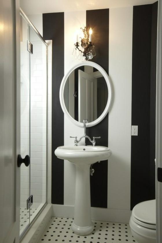 moderne badezimmer schwarz weiß wandfarbe streifenmuster