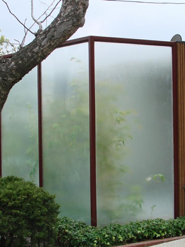moderne gartenzäune aus plexiglas holz
