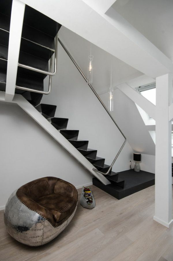 moderne treppe im kleinen appartement schwarzweiß