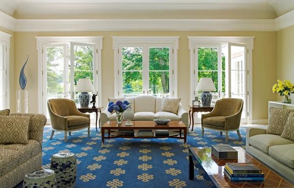 moderne wohnzimmer weiß blaue gestaltung gartenstühle