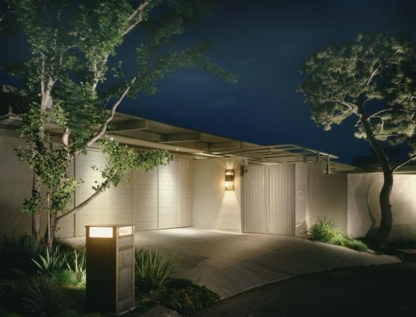 modernes-architektenhaus-eingang-garagen-einfahrt-briefkasten